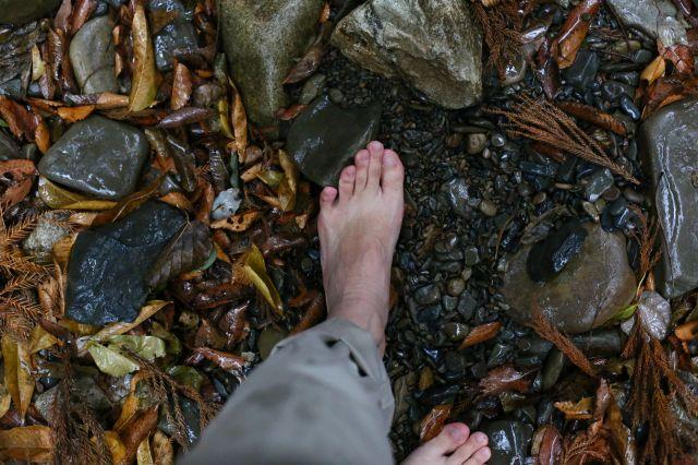 川原で裸足2